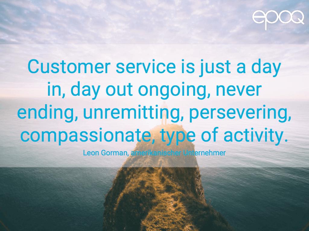 Dargestellt wird ein Zitat zum Thema Customer Experience von Leon Gorman, einem amerikanischen Unternehmer.