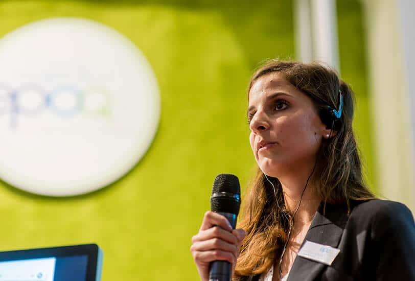 Das Bild zeigt Anne, die bei der BVDW Guided Tour auf der dmexco 2014 den Teilnehmern etwas zum Thema E-Mail präsentiert.