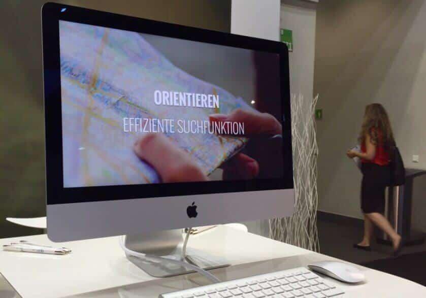 """Foto eines Mac Bildschirms auf der dmexco 2016, der die Welt """"Orientieren"""" mit der intelligenten Suche von epoq zeigt."""