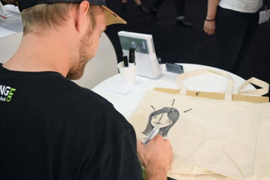 Das Bild zeigt einen Kalligraphen am epoq Messestand auf der DMEXCO 2017.