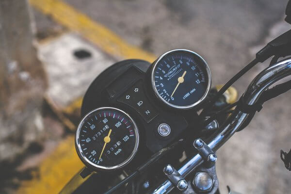 Conversion Rate Optimierung symbolisiert durch eine Detailaufnahme eines Tachos an einem Motorrad