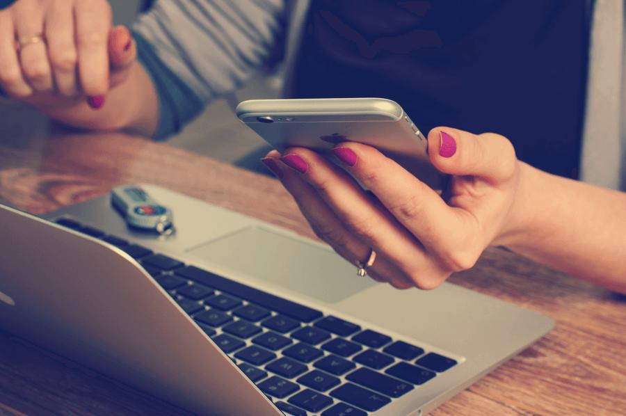 Frau schaut sich einen Newsletter an, welcher ein erfolgreiches Newsletter Marketing abbildet.