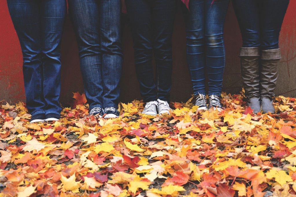 Guided Selling für die perfekte Jeans symbolisiert durch eine Detailaufnahme von 4 Frauen, die eine Jeans tragen
