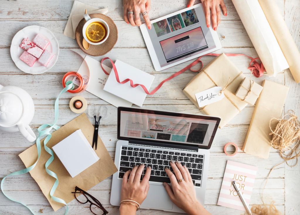 Zwei Personen shoppen online und werden dank Marketing Automation im E-Commerce individuell bedient.