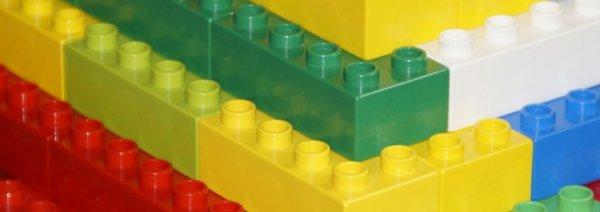 Bunte Legobausteine als Metapher für Layoutmöglichkeiten für epoq Empfehlungen