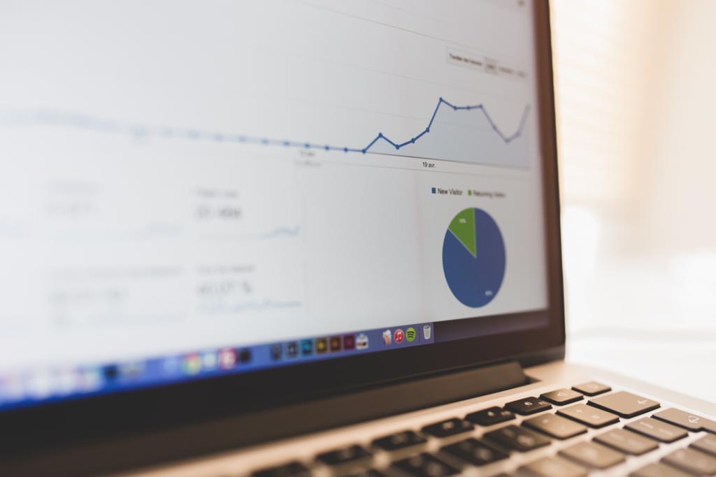 Das Bild zeigt einen Laptop, auf dessen Bildschirm man einen Ausschnitt von Statistiken erkennt, die E-Commerce-Analytics ermöglichen.