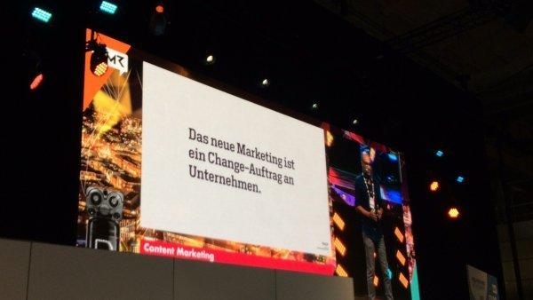 Das Bild zeigt einen Fachvortrag zum Thema Content Marketing auf der OMR 2017.