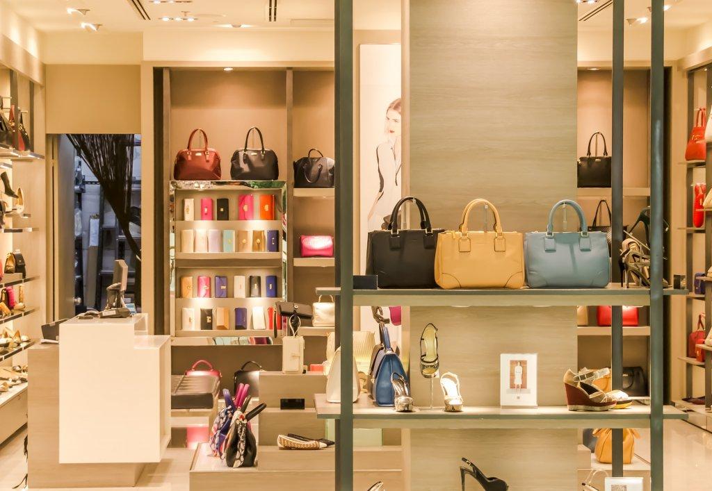 Ein Geschäft mit verschiedenen Handtaschen und Schuhen im Regal, welches eine ganzheitlich personalisierte Customer Journey auch stationär nutzen könnte.