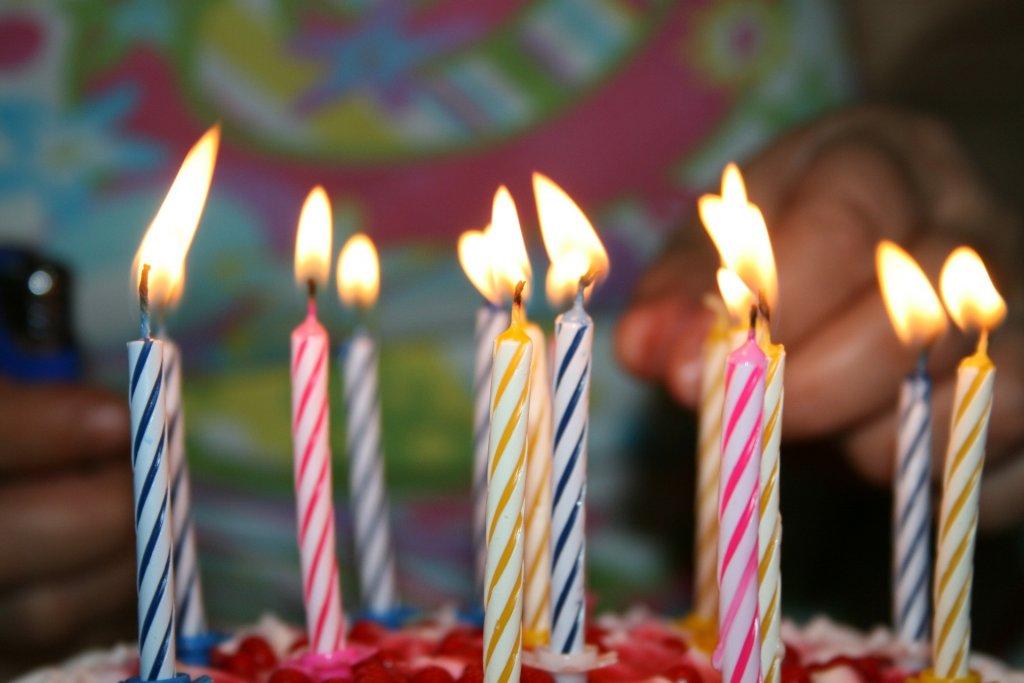 Kerzen auf einer Geburtstagstorte, die für eine Geburtstagsmail verwendet werden.