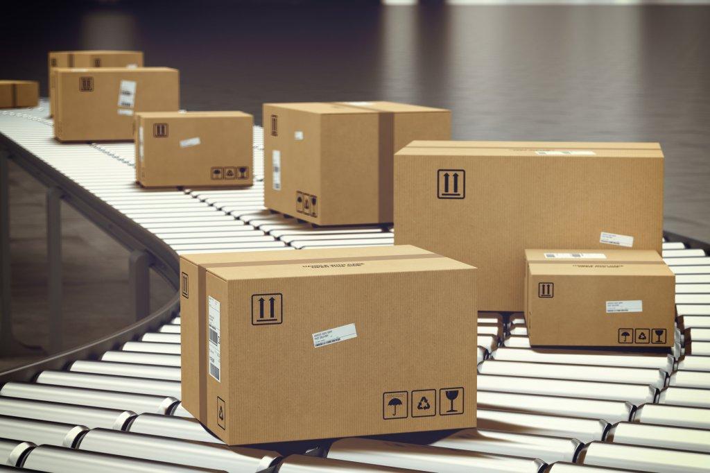 Kartons mit Retouren werden über ein Lieferband bewegt. Sie stehen symbolisch für die Retourenrate, die durch einen Produktfinder gesenkt werden kann.