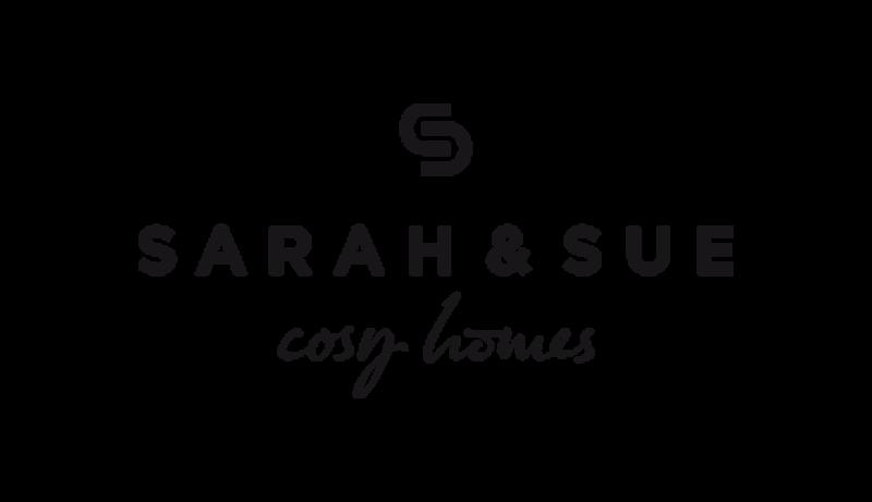 Das Bild zeigt das Logo von Sarah & Sue cosy homes. Der Online Shop gehört zu den epoq Kunden.