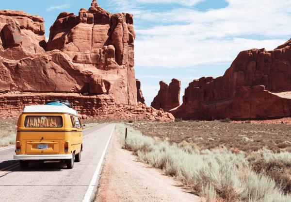 Ein alter gelber Bus fährt durch eine Wüstenlandschaft. Die Reise steht für die Digital Customer Journey im Internet
