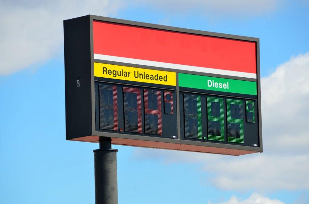 Eine Tankstellenanzeige, die im Bezug zu E-Mail-Automation und Dynamic Pricing steht.