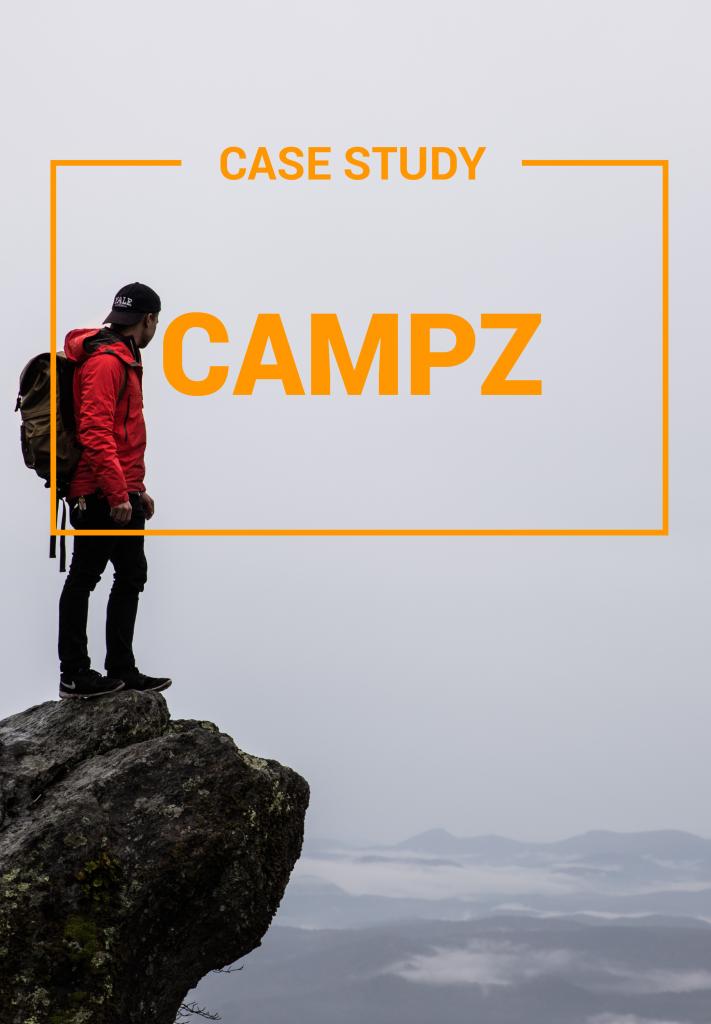 Ein Mann mit roter Jacke und Rucksack steht auf einem Berg. Gute Outdoor Kleidung empfiehlt auch der Online Shop campz mit Verwendung einer E-Commerce Recommendation.