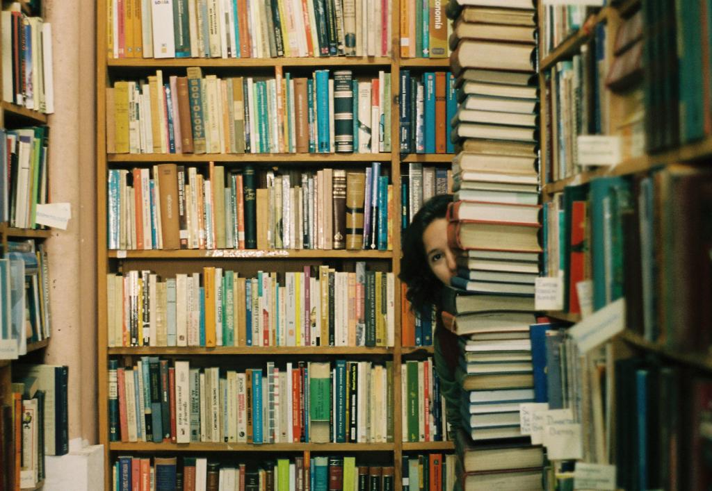 Das Titelbild des Artikels zum Thema Product Suggestions zeigt eine Person, die sich in einem Buchladen hinter einem Stapel von Büchern versteckt.