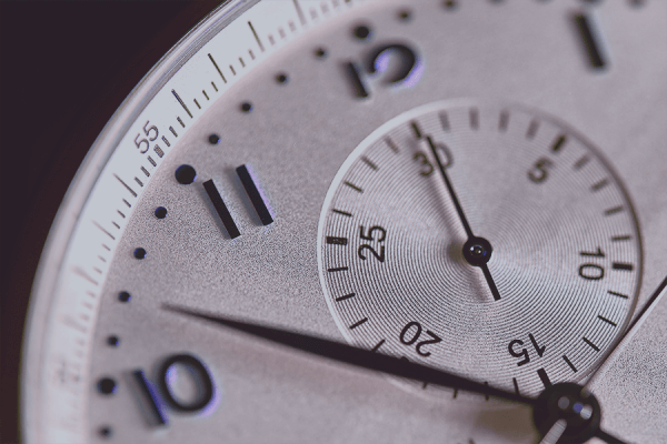 Zu sehen ist das Zifferblatt einer Armbanduhr mit Minuten- und Sekundenzeiger. Die Zeit spielt auch im Real Time Analytics eine wichtige Rolle und muss effizient genutzt werden.