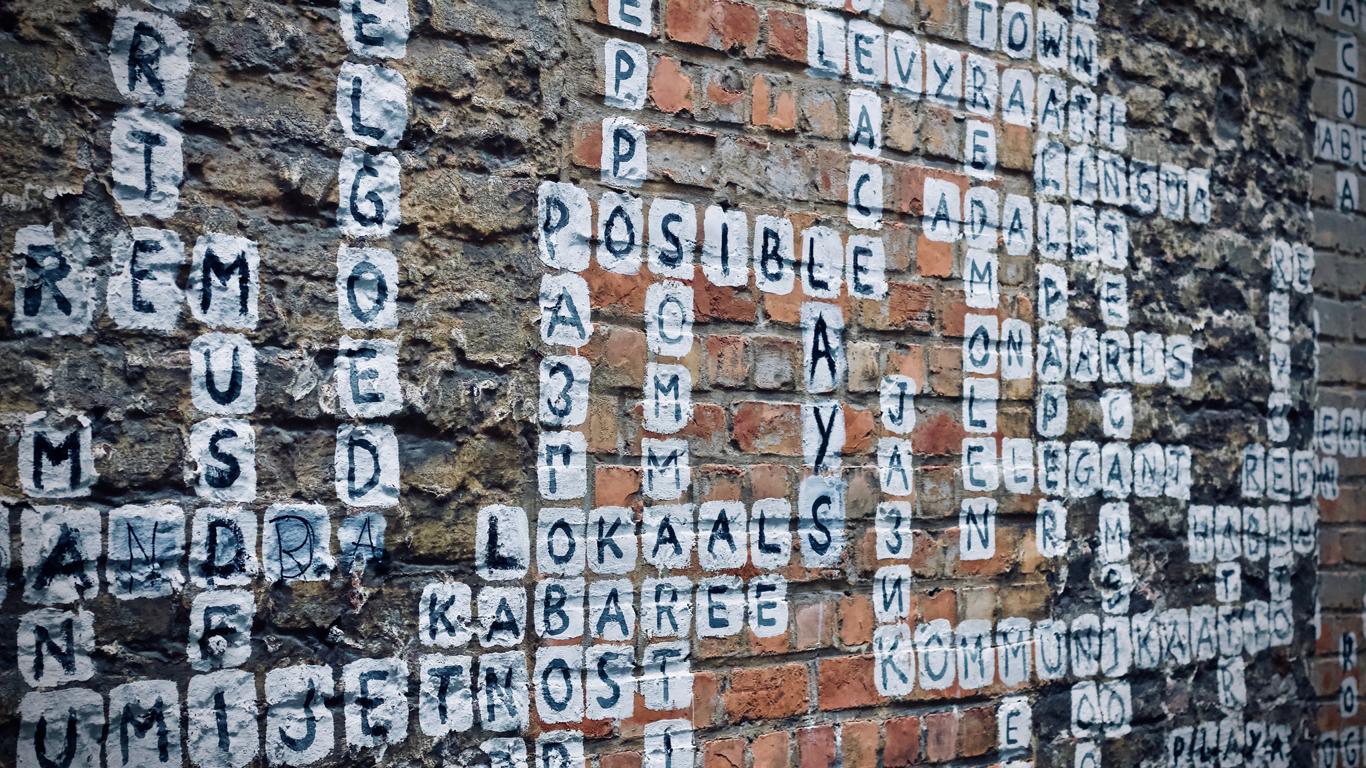 Verschiedene Wörter auf einer Wand