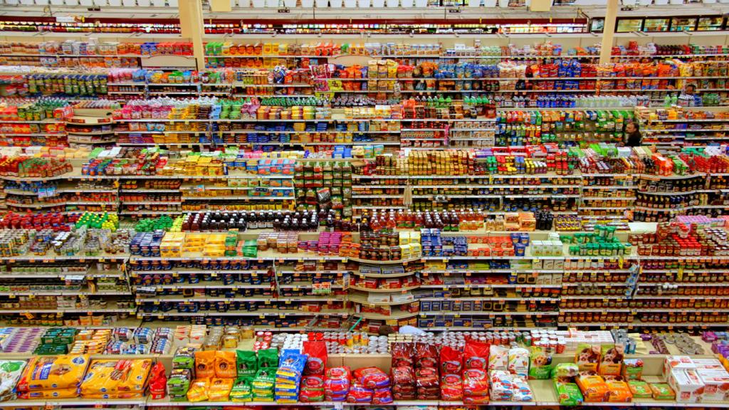 Weitreichender Blick auf die vielen verschiedenen Produkte eines Supermarkts