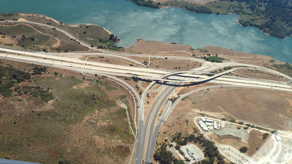 Das Titelbild des Artikels zum Omnichannel Commerce zeigt die Sicht von oben auf mehrere verzweigte Straßen.