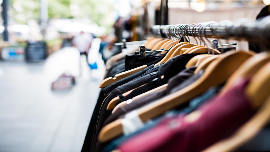 Kleiderhänger mit verschiedenen Klamotten in einem Geschäft