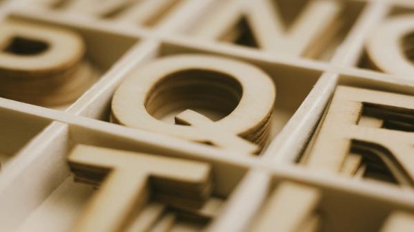 Fokus auf diverse Holzbuchstaben