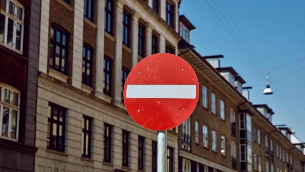Straßenschild vor Häusern