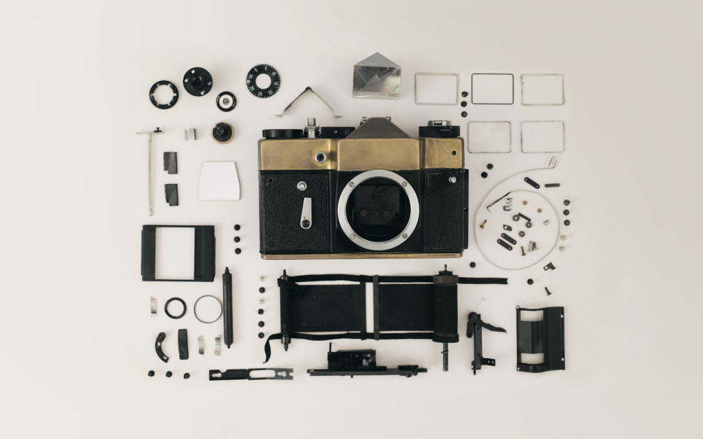 Das Bild zeigt eine Kamera umgeben von deren einzelnen Bestandteile. Diese stehen sinnbildlich für die Bestandteile der Personalisierungssoftware.