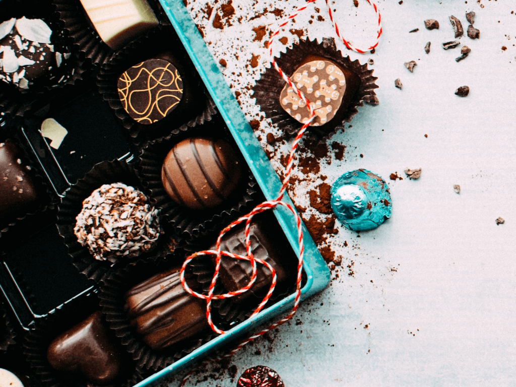 The title image of the article about personalization in e-commerce shows a box of chocolates filled with different chocolate candies.
