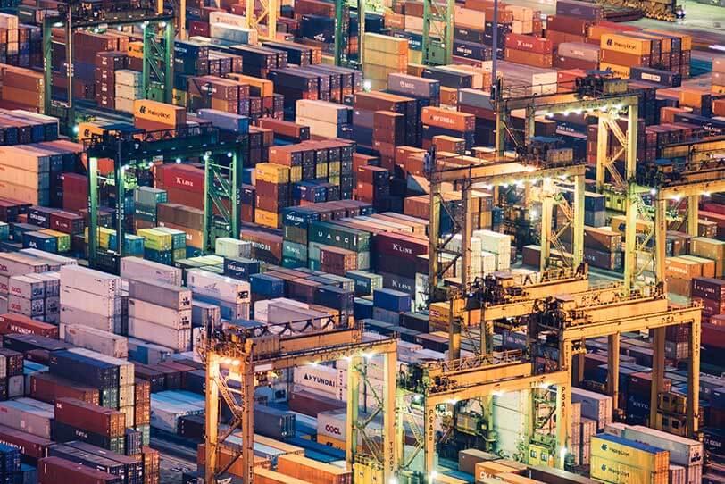 Das Bild zeigt eine Vielzahl an Containern. Dargestellt werden soll der B2B E-Commerce.