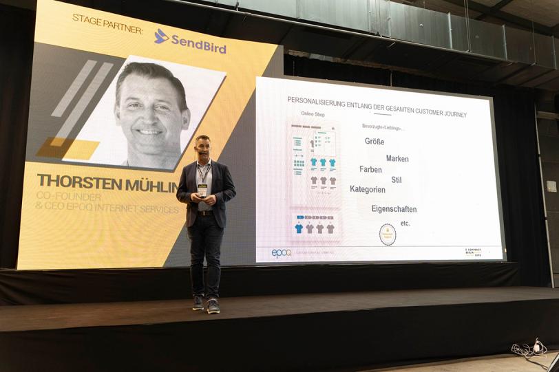 """Das Bild zeigt Thorsten bei seinem Vortrag auf der E-commerce Berlin Expo 2020 zum Thema """"Wow, it's like Netflix for Shopping"""" - Der persönliche Stream als Kundenbindungsstrategie bei OUTLETCITY METZINGEN."""